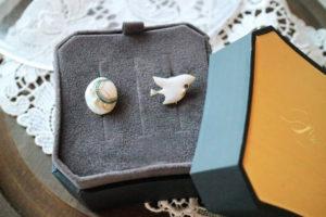こちらは、オーダージュエリーでお客様のイメージで制作させて頂いたイヤリングです。 『宝石と白い鳥』青い空を飛び回る宝石を持つ白い鳥です。